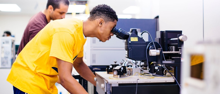 UC-HBCU student in the lab with a mentor